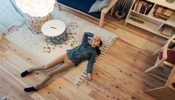 疲れてリビングで寝ている女性