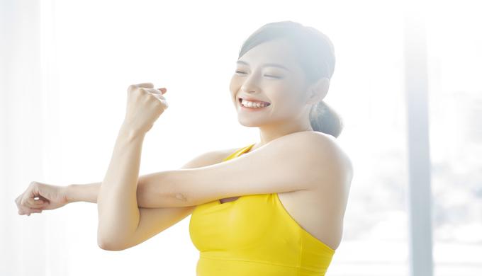 腕を伸ばしてストレッチする女性
