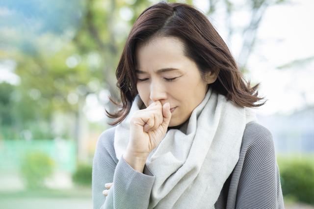 下関 ジム 咳をする女性