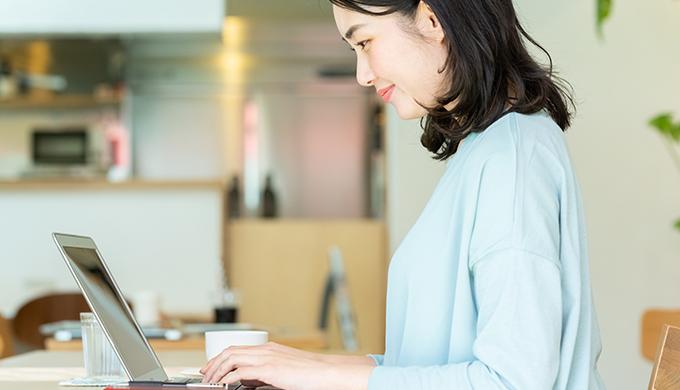 自宅でノートPCを操作する女性
